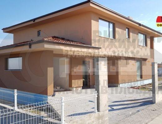 Самостоятелна нова двуетажна къща с голям двор в новата част на с. Белащица