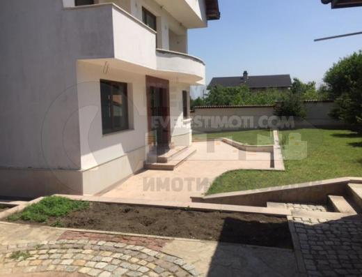 къща в село Белащица на асфалтов път
