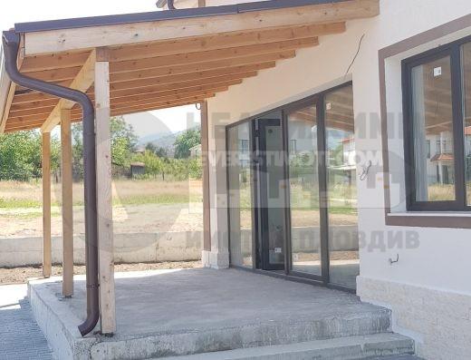 Новопостроена двуетажна къща в с. Белащица/панорамна зимна градина/