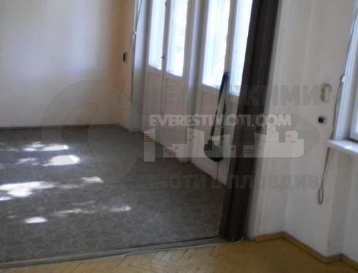 Двустаен тухлен апартамент в аристократична сграда до Пловдивски университет - Център - Пловдив