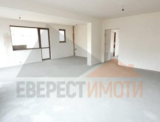 Самостоятелна нова двуетажна къща с прекрасен двор в централната част на с. Белащица
