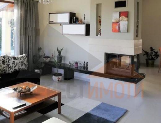 Цялостно обзаведена нова къща с просторен двор 1440 кв.м. и басейн в новата част на с. Белащица