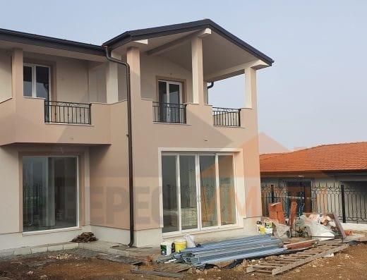 Самостоятелна нова голяма къща и аранжиран озеленен двор в новата част на с. Белащица