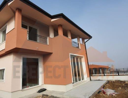 Самостоятелна нова къща с гараж и аранжиран озеленен двор в новата част на с. Белащица