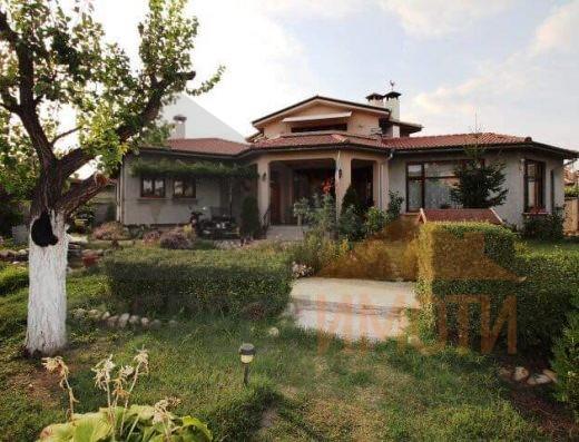 Самостоятелна двуетажна къща с прекрасен голям озелнен двор на уникално място в кв. Беломорски - Пловдив