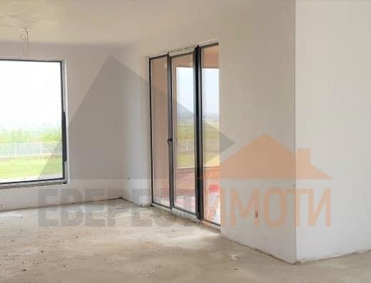 Нова двуетажна къща с обширен двор 700 кв.м. в новата част на с. Белащица